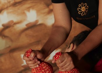 22 Thai&Beauty - 05. masaż stemplami ziołowymi / massage with herbal stamps