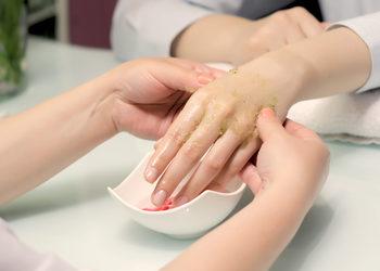 Royal Vital Sienna 93 - wygładzajacy zabieg parafinowy na dłonie