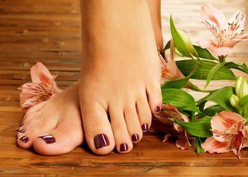 Crystal Clinic - pedicure z malowaniem i zabieg spa na stopy