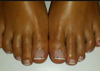 Sekret Urody Anna Ochot de Moura - malowanie stóp lakierem hybrydowym  oraz opracowanie skórek